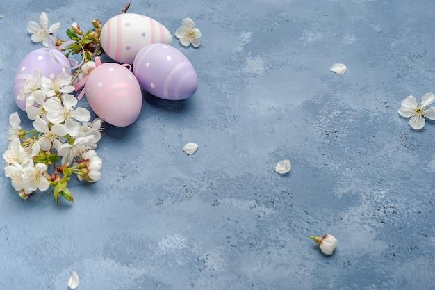 Glückliche osterkarte mit eiern und blumen