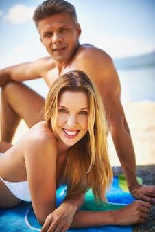 Glückliche paare auf dem strand