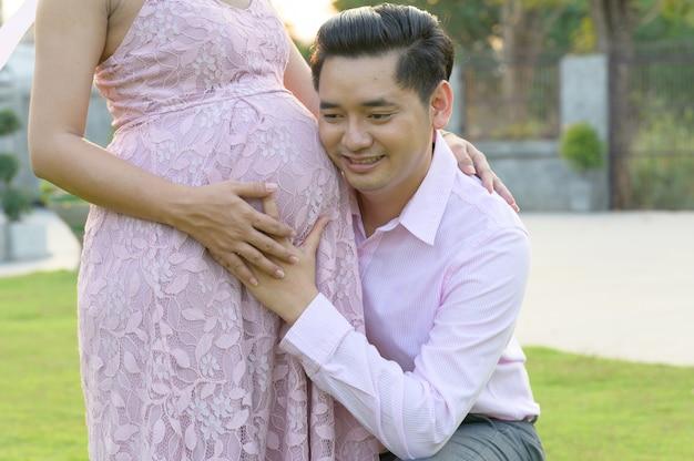 Glückliche paare, die schwangere frau sind