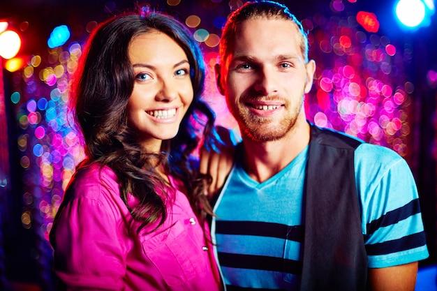 Glückliche paare tanzen in nachtclub