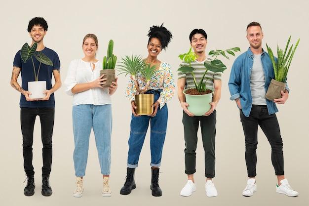 Glückliche pflanzenliebhaber, die ihre topfpflanzen halten