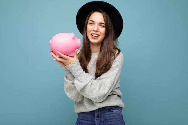 Glückliche positiv lächelnde junge schöne attraktive brünette frau