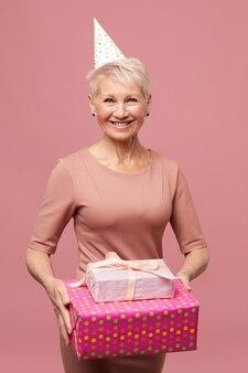 Glückliche reife dame mit geschenken