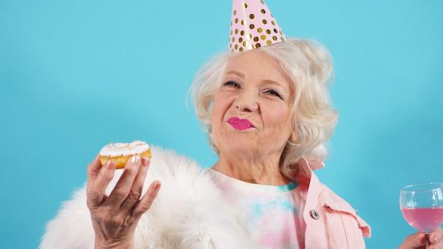 Glückliche rentnerin feiert ihren geburtstag, ein foto einer frau