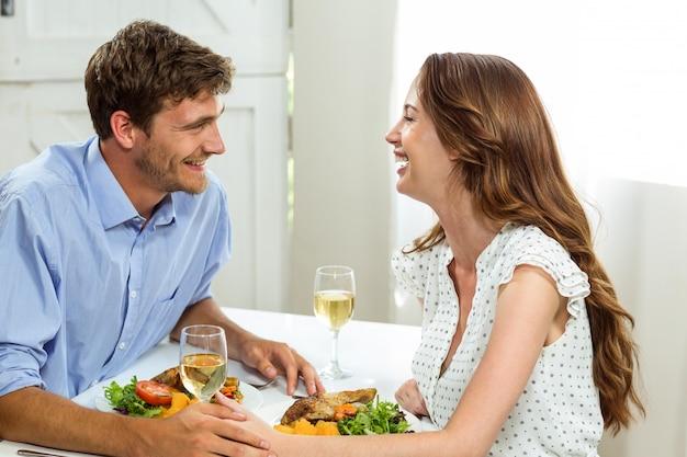 Glückliche romantische paare, die zu mittag essen