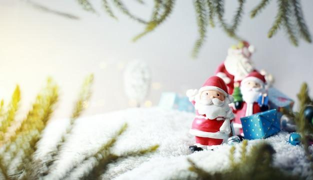 Glückliche santa claus-familie in tragenden geschenken der schneefälle zu den kindern konzepthintergrund der frohen weihnachten.