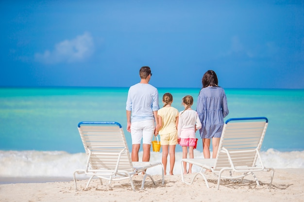Glückliche schöne familie am strand