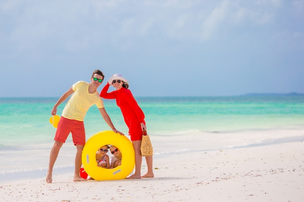 Glückliche schöne familie am weißen strand