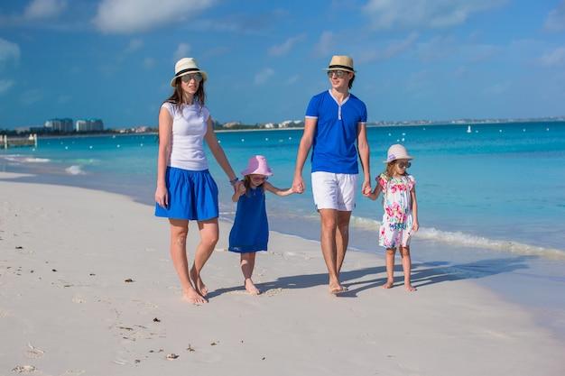 Glückliche schöne familie an den karibischen feiertagsferien