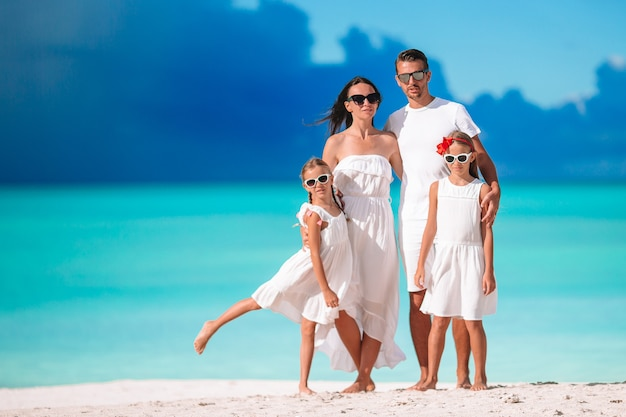 Glückliche schöne familie mit kindern am strand