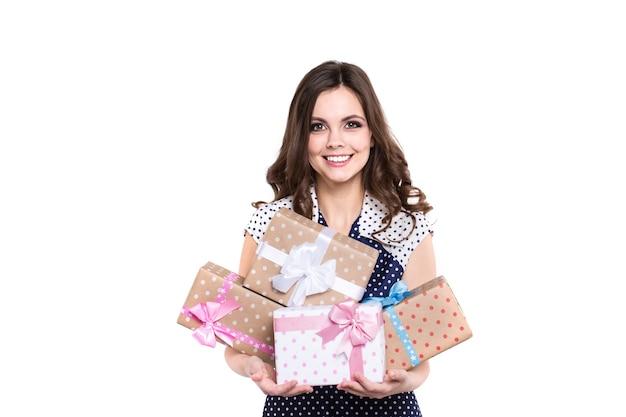 Glückliche schöne frau hält viele geschenkboxen. geschenk geben.