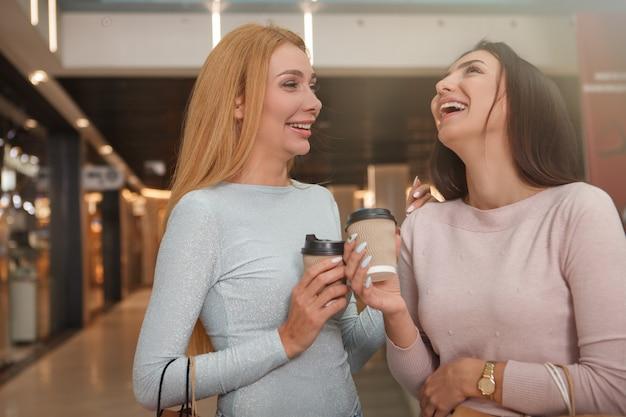 Glückliche schöne freundinnen lachen