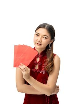 Glückliche schöne junge chinesische frau im roten chinesischen kleid