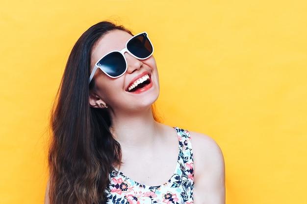 Glückliche schöne lachende yound frau im kleid