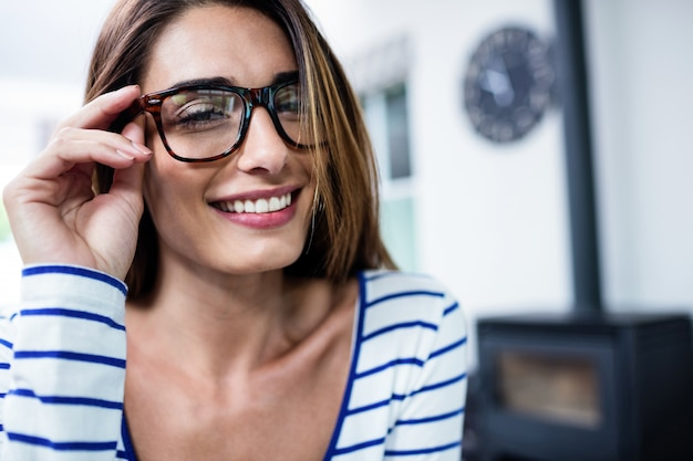 Glückliche schöne tragende brillen der jungen frau