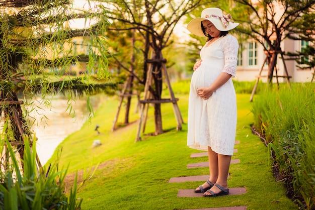 Glückliche schwangere frau und erwartet baby.