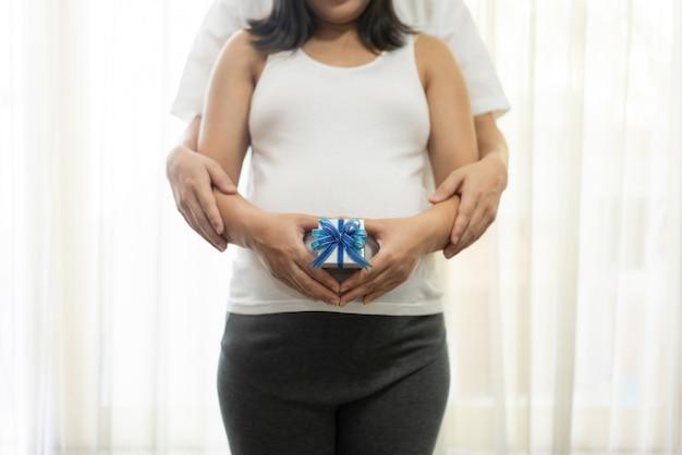 Glückliche schwangere paare des ehemanns und der frau.