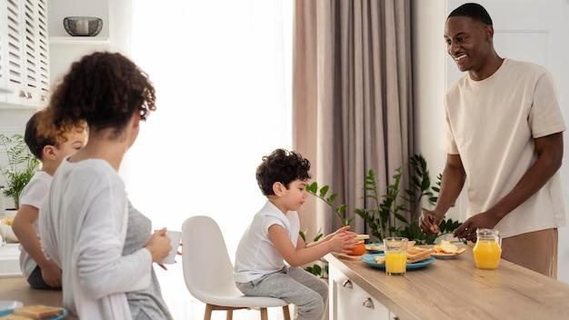 Glückliche schwarze familie am esstisch