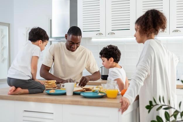Glückliche schwarze familie, die essen zubereitet