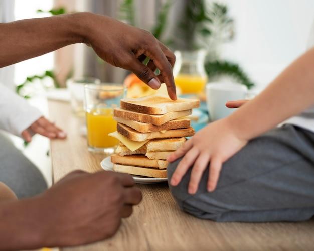 Glückliche schwarze familie, die toast vorbereitet