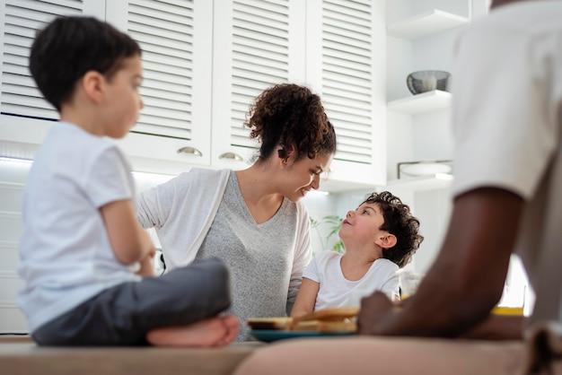 Glückliche schwarze familie, die zeit zusammen verbringt