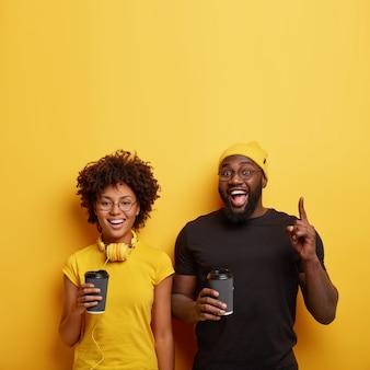 Glückliche schwarze studenten haben spaß nach den vorlesungen
