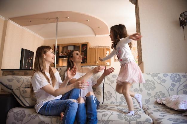 Glückliche schwestern spielen und haben spaß im wohnzimmer. familie zu hause.