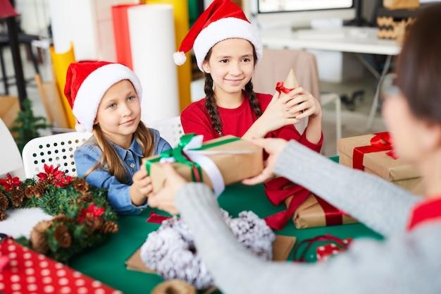 Glückliche schwesternmädchen mit weihnachtsgeschenken
