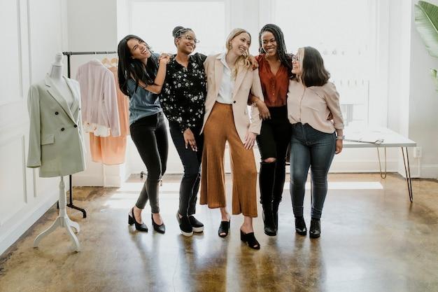 Glückliche selbstbewusste modedesignerinnen