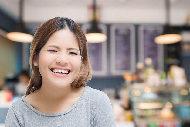 Glückliche selbstständige frau mit bäckereihintergrund