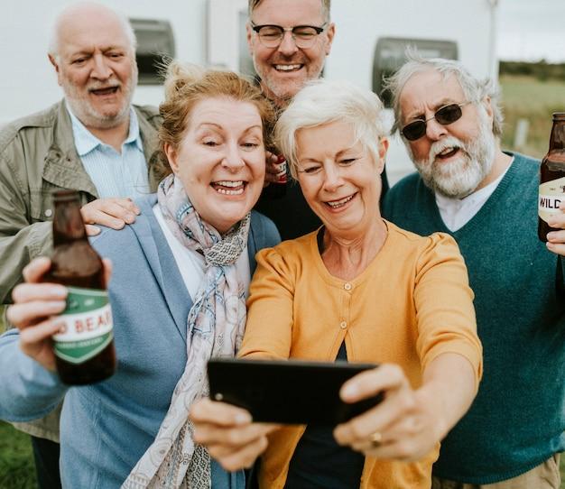Glückliche senioren, die ein selfie nehmen