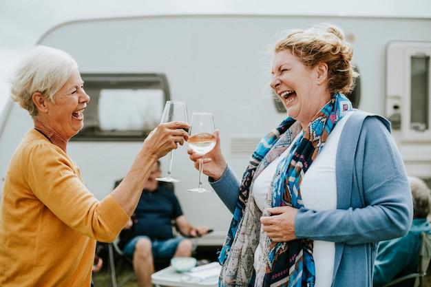 Glückliche senioren, die zusammen ihre gläser klirren
