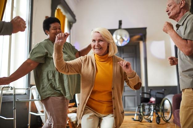 Glückliche senioren tanzen im seniorenheim