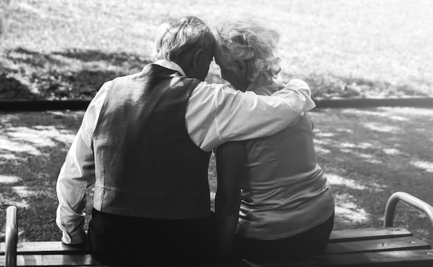 Glückliche seniorenpaar-liebesgeschichte. altes ehepaar geht im grünen park spazieren. großmutter und großvater lachen. lebensstil älterer menschen. rentner zusammen.