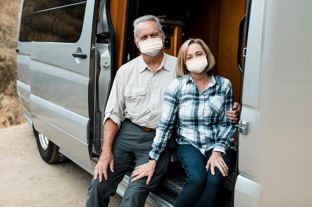 Glückliche seniorenpaare reisen während der neuen normalität