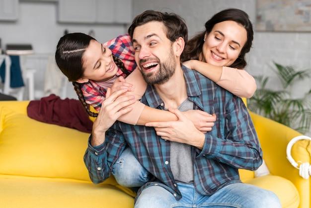 Glückliche smiley-familienvoransicht