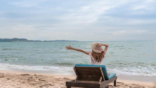 Glückliche sommerferienferien auf dem küstenstrand