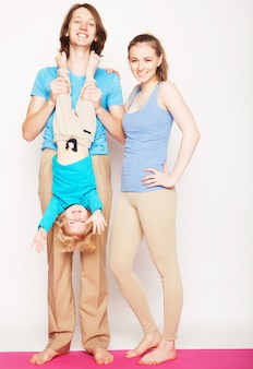 Glückliche sportliche familie