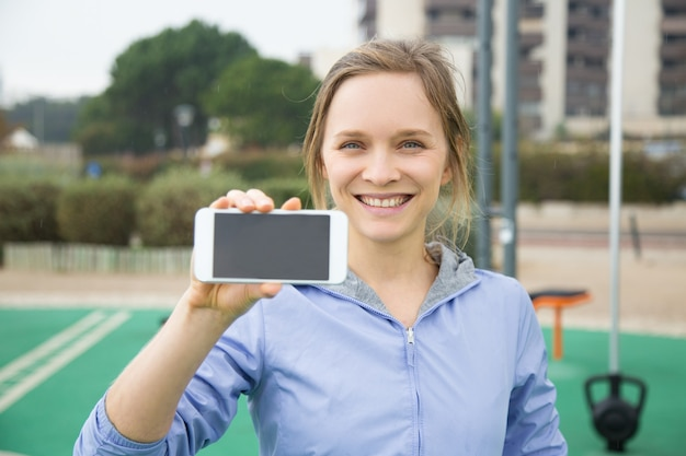 Glückliche sportliche mädchenwerbung sports bewegliche app