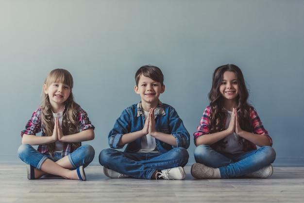 Glückliche stilvolle kinder
