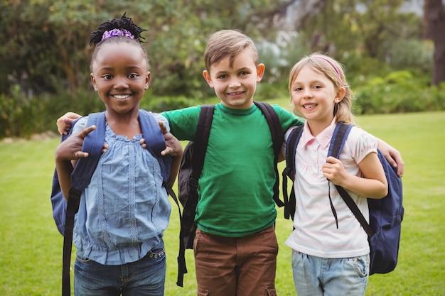Glückliche studenten, die schultaschen tragen