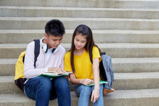 Glückliche studenten im freien mit büchern