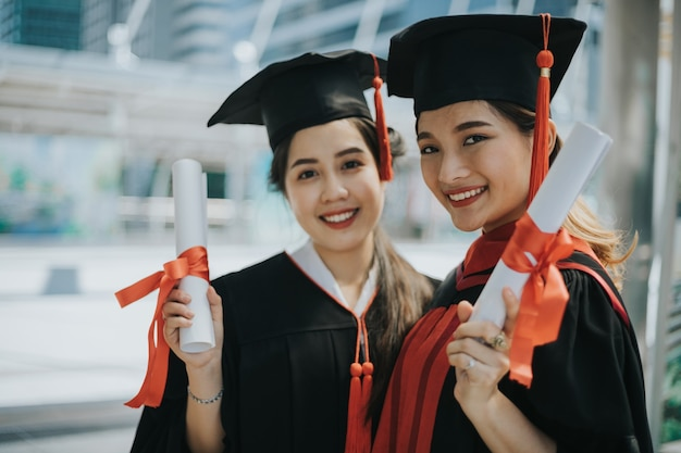 Glückliche studenten mit diplomen