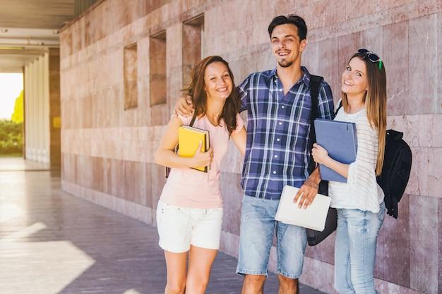Glückliche studenten posieren zusammen