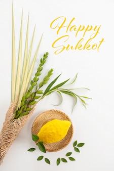 Glückliche sukkot-karte. traditionelle symbole (die vier arten): etrog (zitrone), lulav (palmzweig), hadas (myrte), arava (weide)