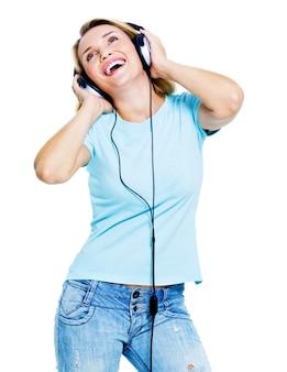 Glückliche tanzende frau mit kopfhörern, die nach oben schauen