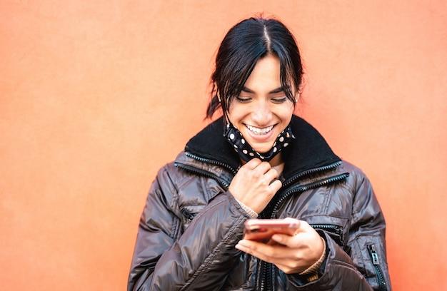 Glückliche tausendjährige frau, die mit offener gesichtsmaske nach wiedereröffnung der sperre lächelt