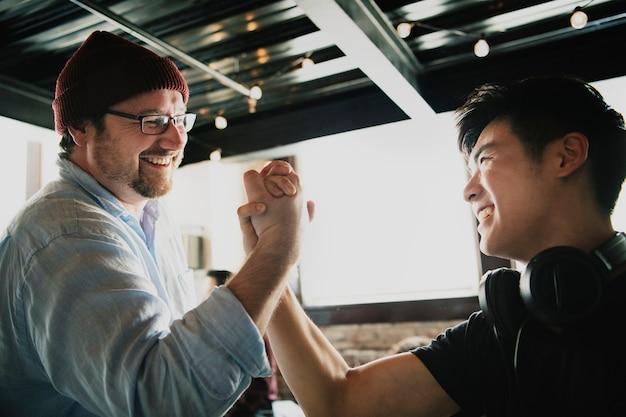 Glückliche teammitglieder, die händchen halten