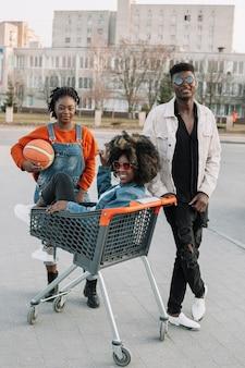 Glückliche teenager, die zusammen draußen aufwerfen
