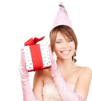 Glückliche teenager-partygirl mit geschenkbox